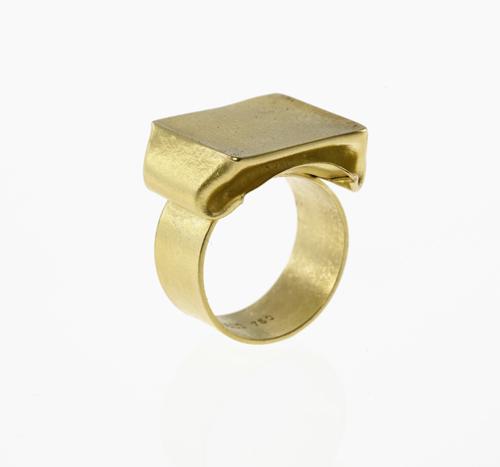 Ring wie eine geschmolzene Praline aus der Serie Crush von S. Sous, Berlin title=
