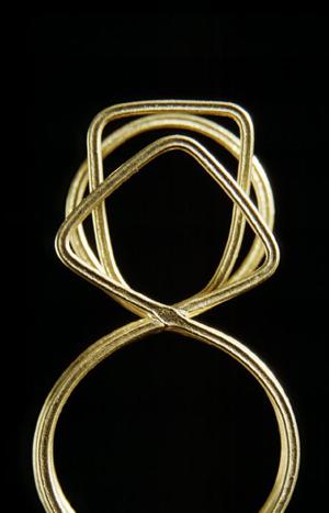 Zarte Ringe aus Gold für Kette oder Anhänger, S. Sous, Berlin title=