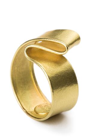 Goldener Ring mit Schwung title=