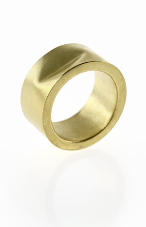 Hohlmontierter Ring in Gold mit Delle von S. Sous, Berlin title=